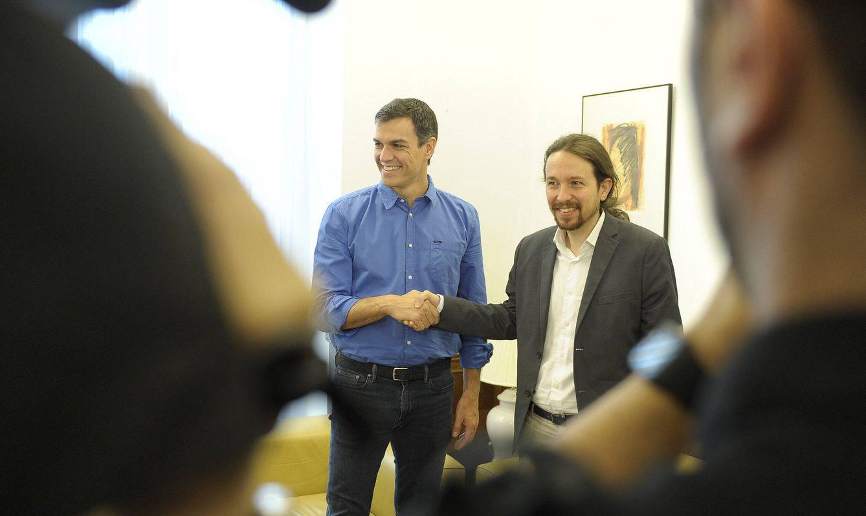 Foto: Pedro Sánchez y Pablo Iglesias se estrechan la mano antes de su reunión en el Congreso, este 27 de junio. (Borja Puig   PSOE)