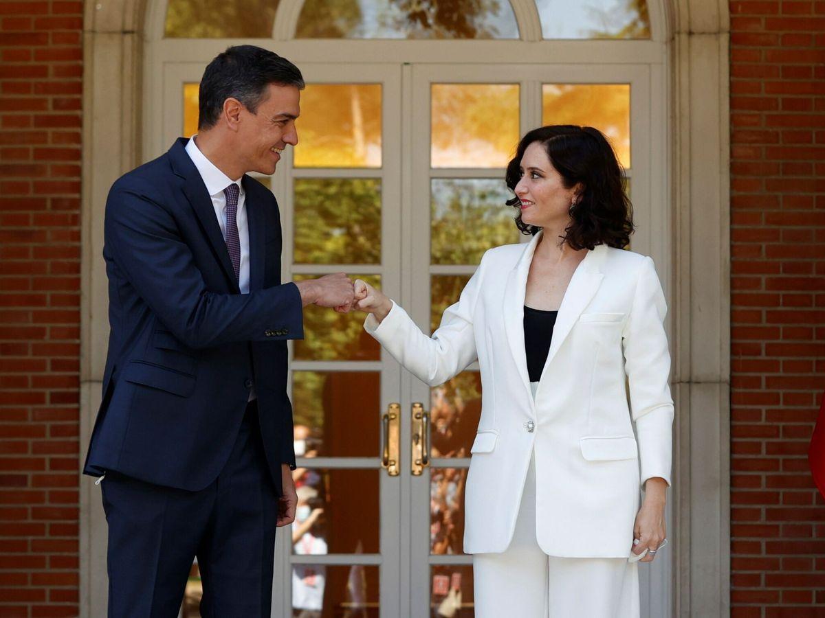 Foto: El presidente del Gobierno, Pedro Sánchez (i), recibe a la presidenta de la Comunidad de Madrid, Isabel Díaz Ayuso (d). (EFE)