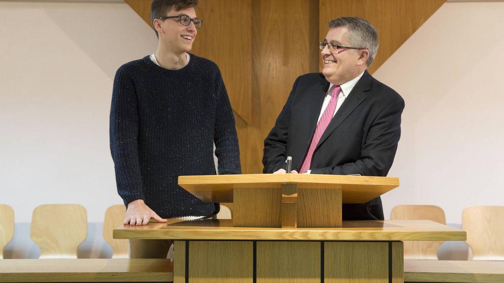 Foto: José Vilar, presidente de la Estaca mormona de Valencia, y su hijo Juanmi, en el púlpito de la 'capilla'. (Marga Ferrer)