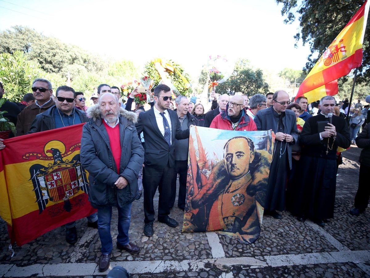 Foto: Concentración en el cementerio de Mingorrubio tras el entierro del dictador. (EFE)