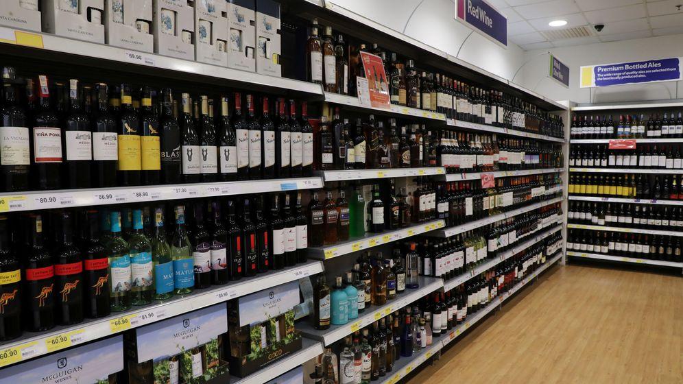 Foto: Estantería de botellas de alcohol en un supermercado. Foto: REUTERS Lim Huey Teng