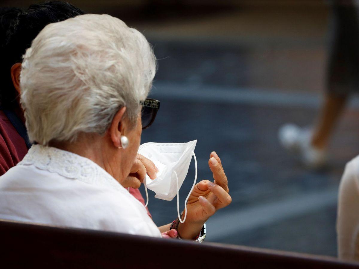 Foto: Una mujer ayuda a otra a ponerse la mascarilla en el centro de San Sebastián. (EFE)