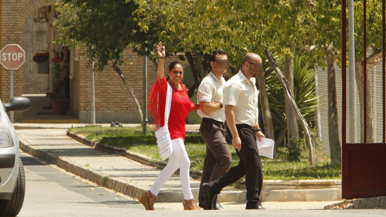 Foto: Isabel Pantoja, de rojo y sin gafas de sol, así ha salido de prisión