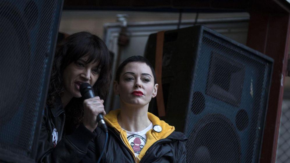 Foto: Asia Argento y Rose McGowan durante la marcha por la igualdad en Roma (EFE)
