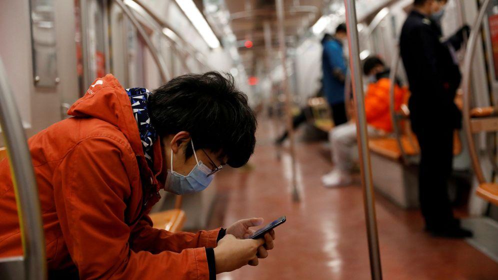 Foto: Un hombre mira su móvil en el metro de Pekín. (Reuters)