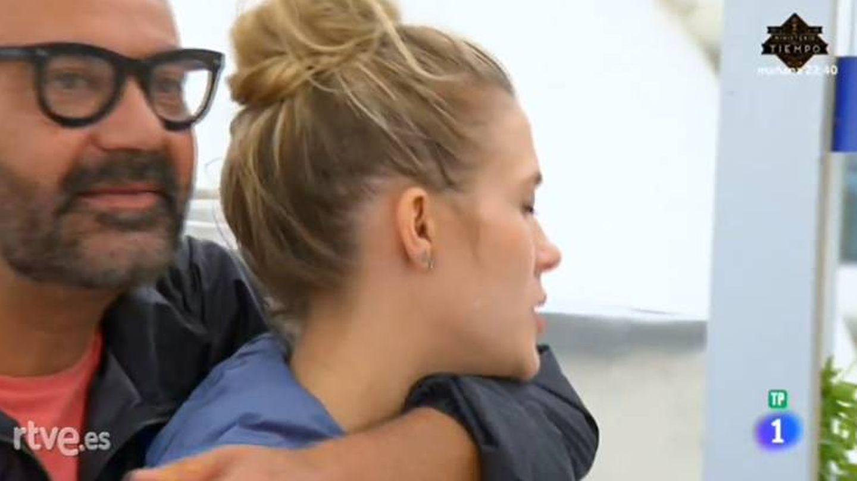 El actor intenta animar a la actriz tras las críticas del jurado