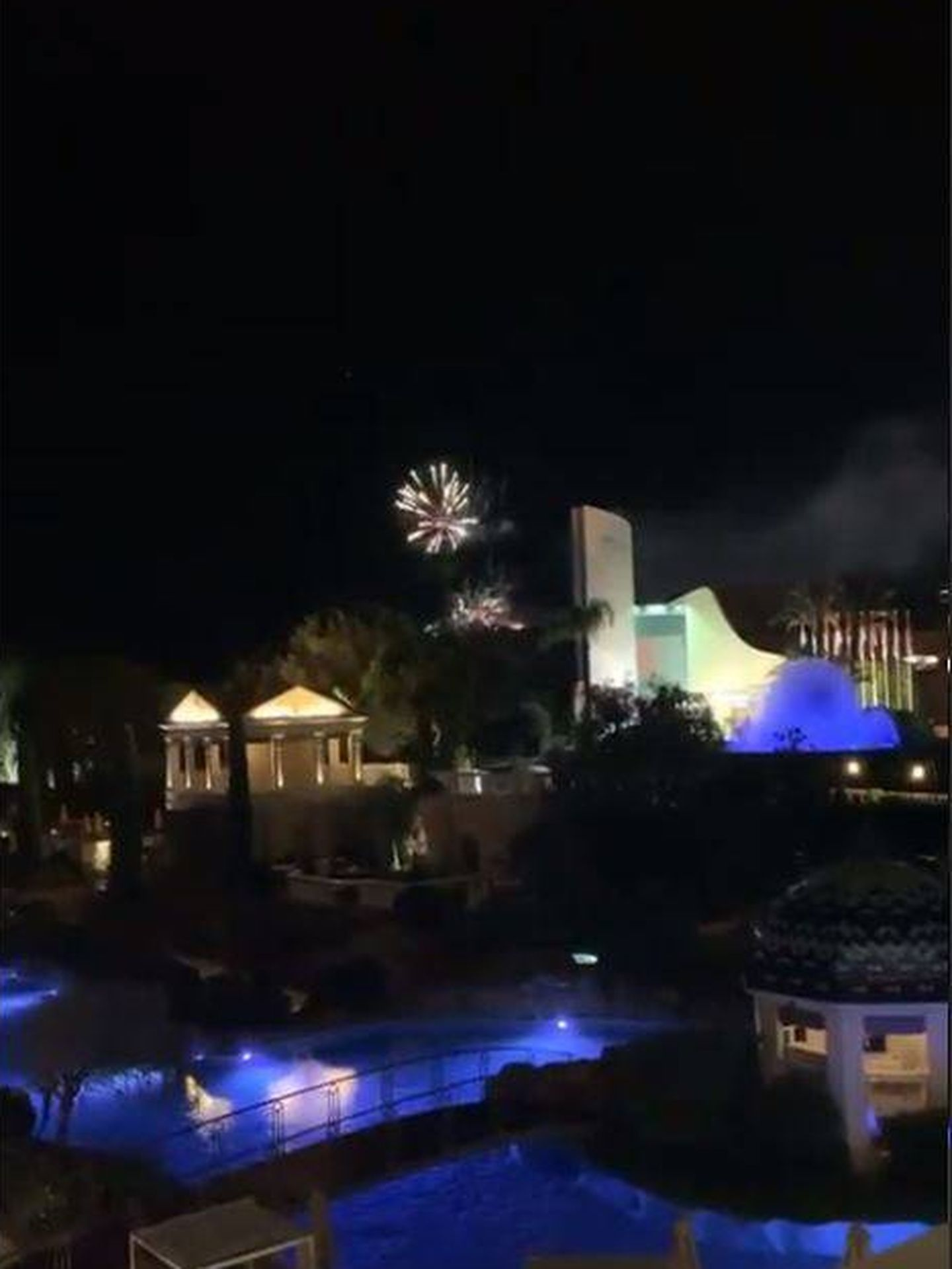 Los fuegos artificiales se veían desde la terraza del hotel. (@_oriana.b)