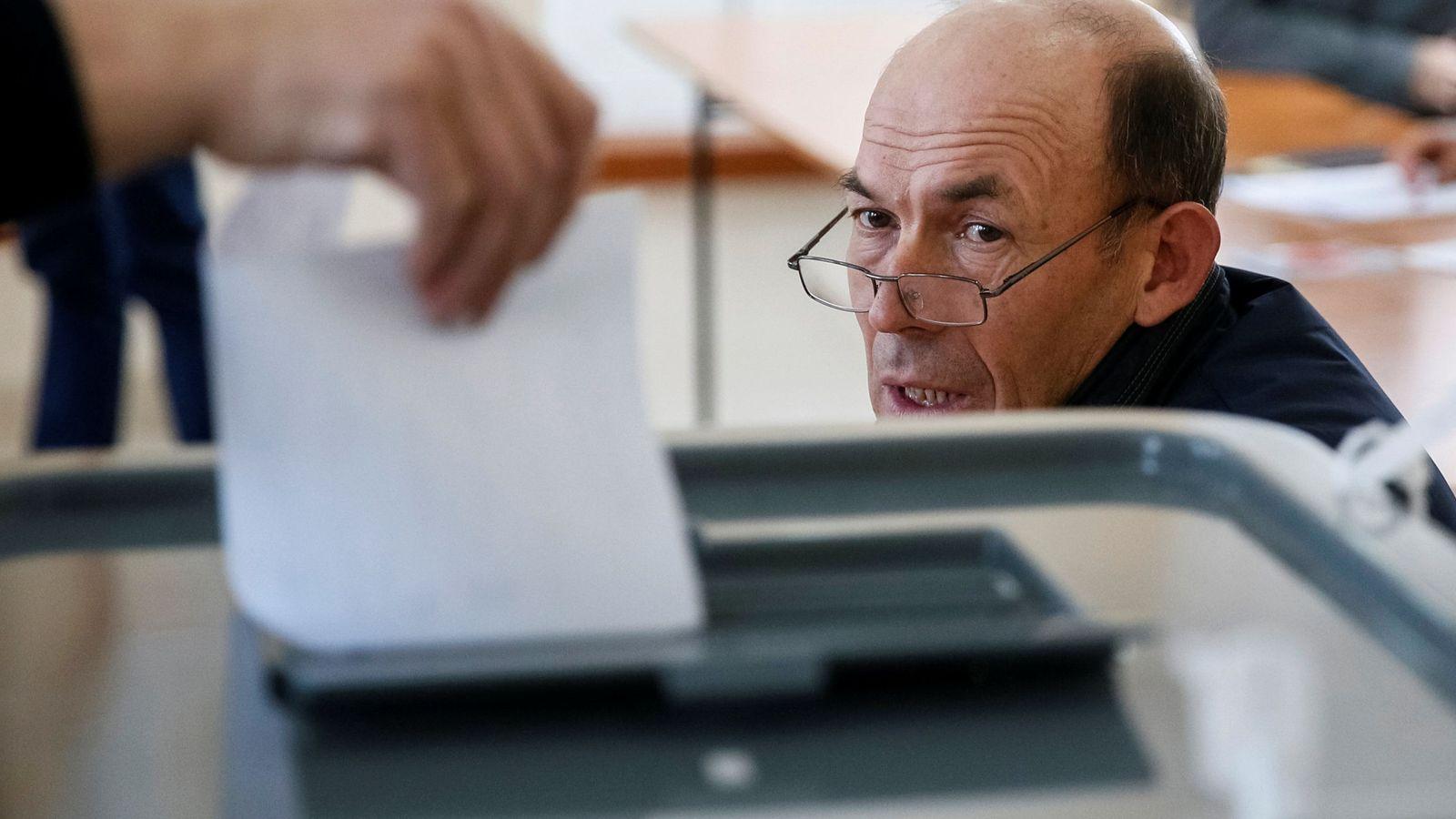 Foto: Un hombre deposita su voto en una urna. (Reuters)