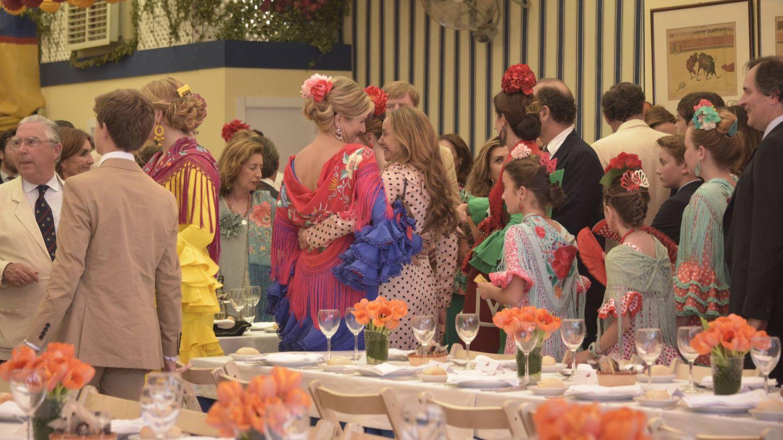 La reina Máxima de Holanda conversa con Miriam Ungría en la Feria de Abril de Sevilla. (Lagencia Grosby)