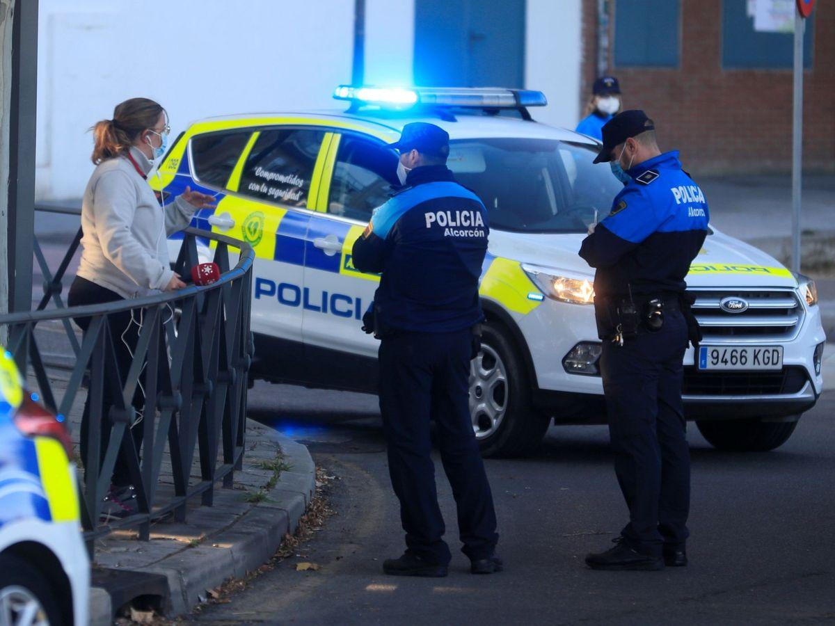 Foto: Dos agentes de la Policía Local de Alcorcón. (EFE)