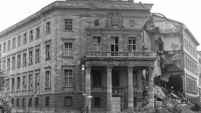 La embajada de España en Berlín tras un bombardeo en la II Guerra Mundial