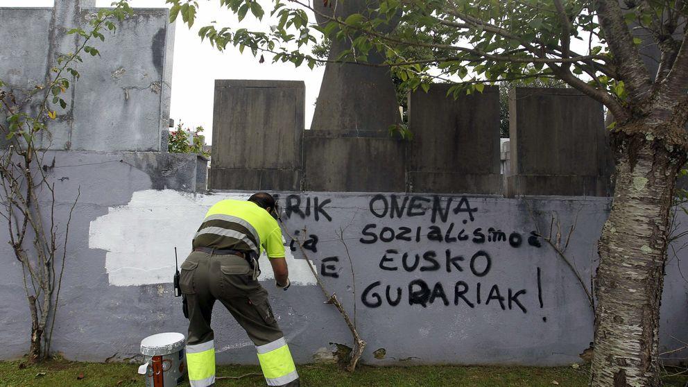 ETA entrega dos cajas de armas a la Policía francesa cerca de Bayona