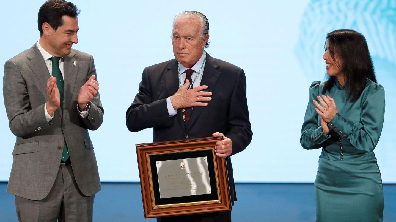 El presidente de la Junta de Andalucía, Juan Manuel Moreno, y la presidenta del Parlamento Andaluz, Marta Bosquet,  entregan el galardón al extorero Curro Romero el pasado 28 de febrero. (EFE)
