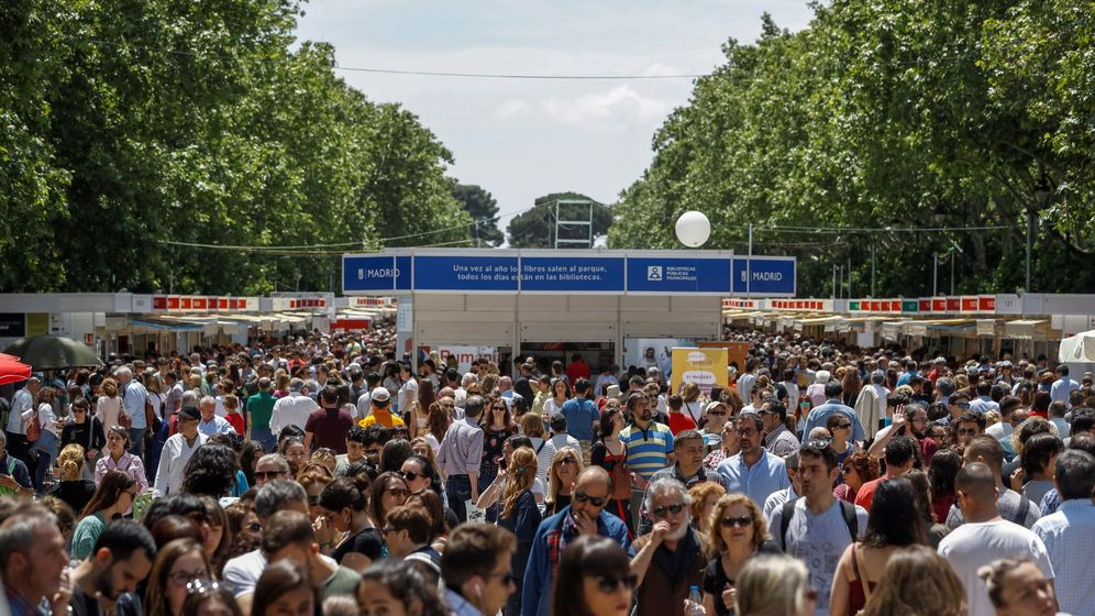 Foto:  Miles de personas visitan en el madrileño Parque del Retiro la Feria del Libro el pasado año. (EFE)