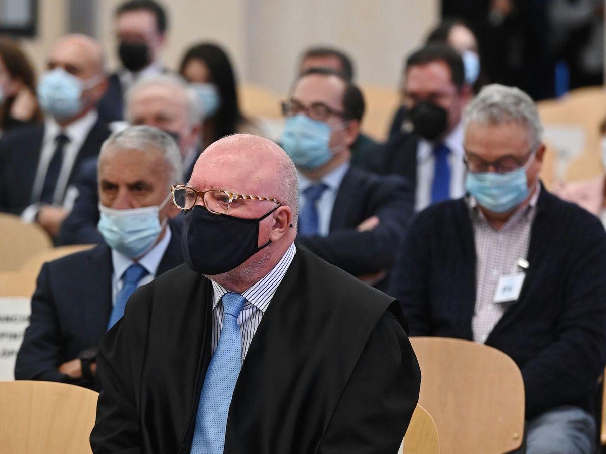 Foto: El comisario jubilado José Manuel Villarejo (c) se sienta en el banquillo de los acusados de la Audiencia Nacional. (EFE)