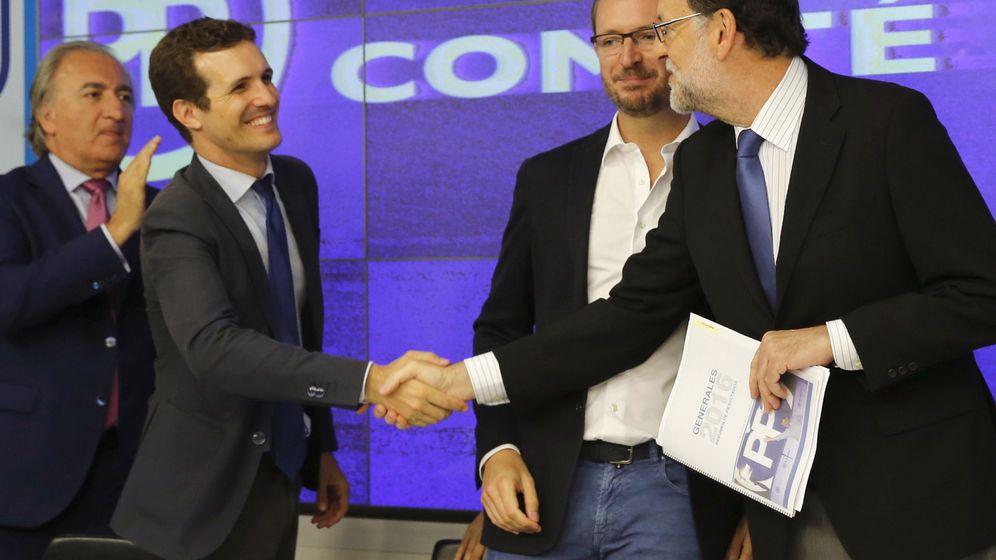 Foto: El presidente del Gobierno en funciones y presidente del PP, Mariano Rajoy (d), saluda al vicesecretario de Comunicación, Pablo Casado (2i). (EFE)