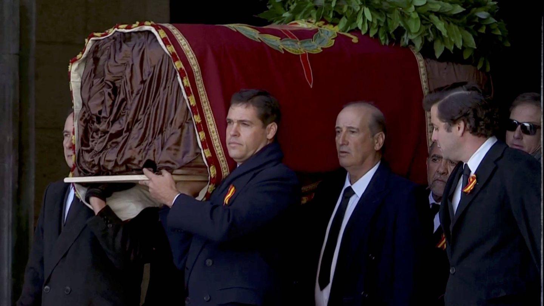 Luis Alfonso y Francis, sacando el féretro de Franco.(Reuters)