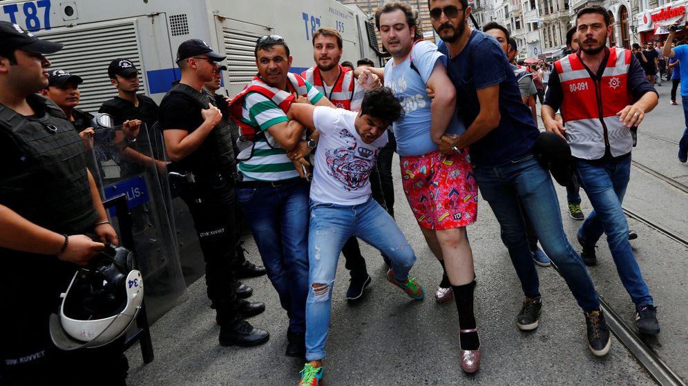 Foto: Policías de paisano arrestan activistas LGTB al intentar tomar parte en el Orgullo Gay de Estambul. (Reuters)