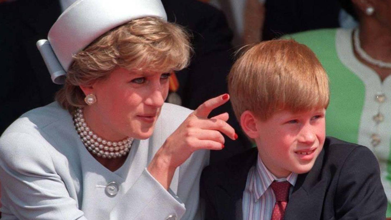 Diana se atrevió a lucir las uñas pintadas de rojo, rompiendo el protocolo. (Cordon Press)