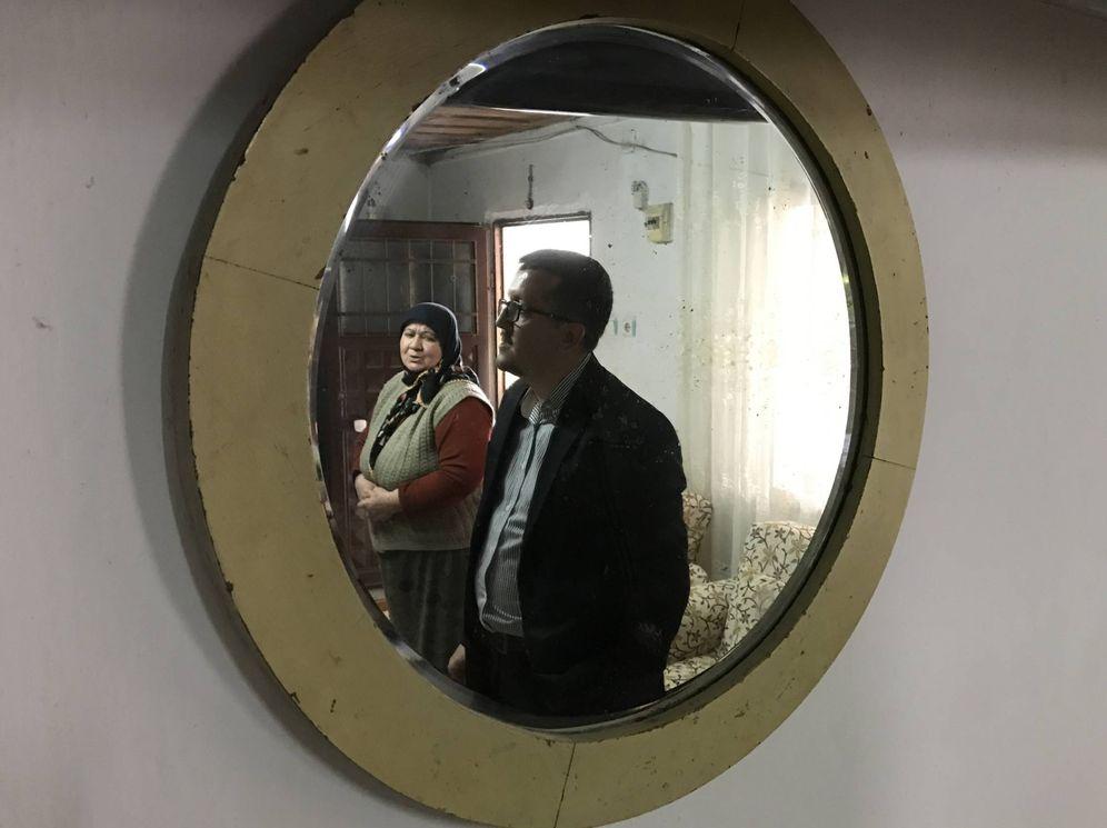 Foto: Un espejo que perteneció a Atatürk. En la foto, Agca Kuzulu, uno de sus descendientes vivos, en Iskenderun (Alejandreta), en el sur de Turquía. (Onur Çakir)