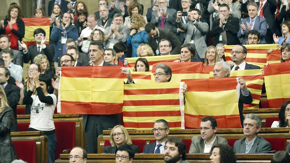 Foto: Diputados del PPC muestran banderas españolas y catalanas tras aprobarse en el Parlament de Cataluña la resolución conjunta de Junts pel Sí y la CUP. (Efe)
