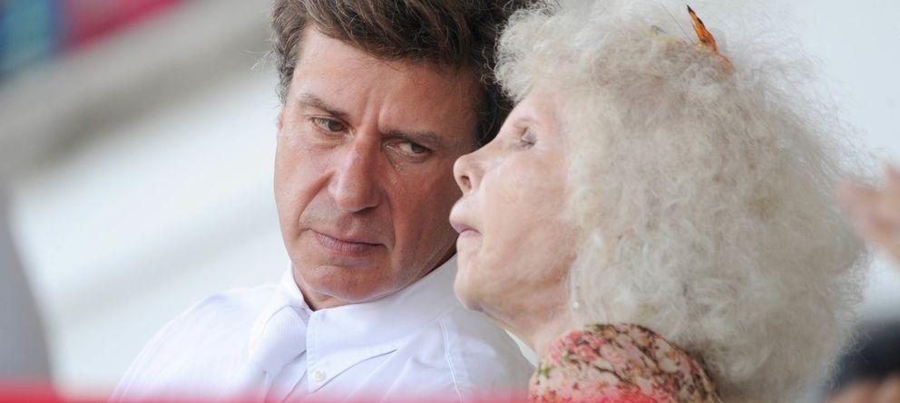 Foto: Cayetano Martínez de Irujo y su madre, la duquesa de Alba, en una imagen de archivo en el CSI3 de Madrid 2011 (Gtres)