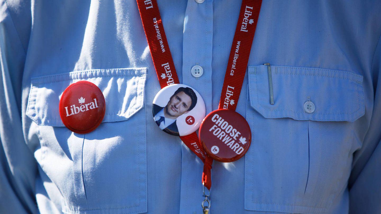 Un seguidor de Trudeau muestra un pin con su cara en un acto de campaña. (Getty)