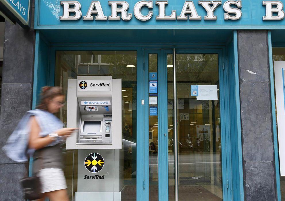 Foto: Una mujer pasa por delante de una oficina de Barclays en Barcelona. (Reuters)