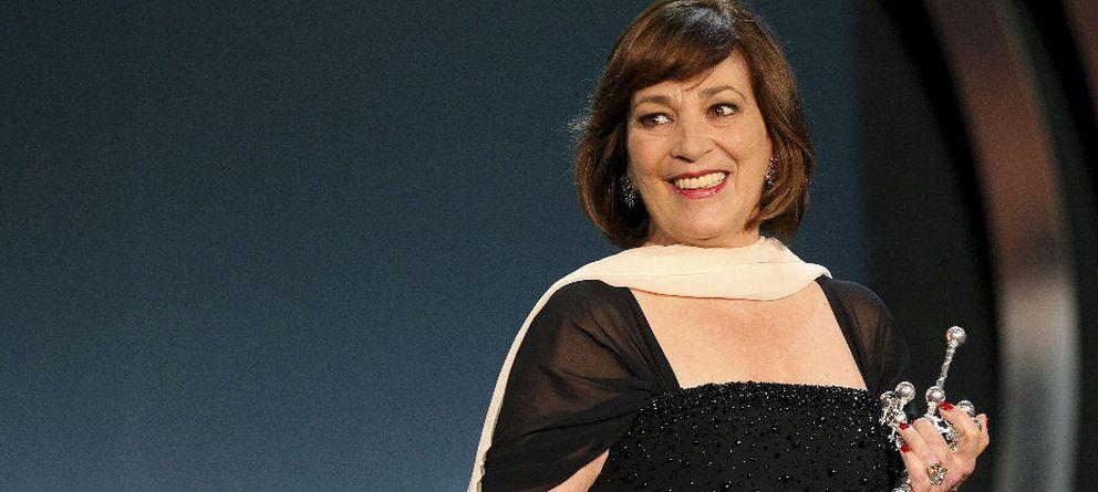 Foto: La actriz Carmen Maura con el Premio Donostia en sus manos. (Efe)