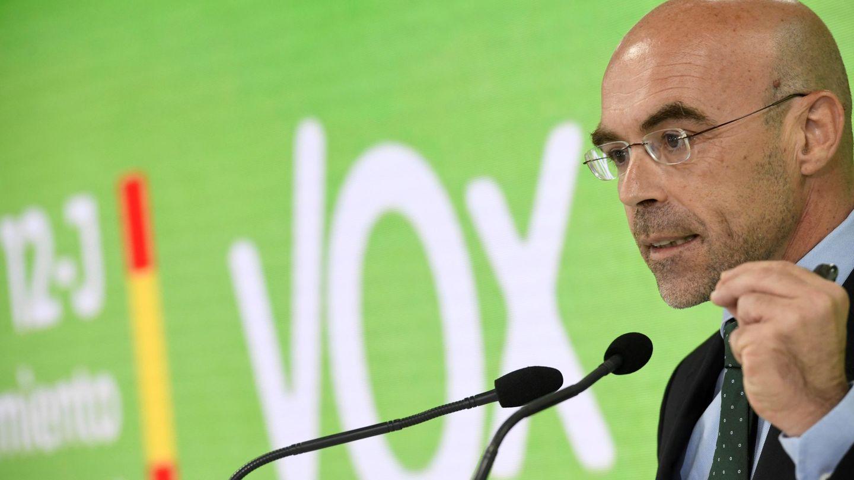 El portavoz de Vox, Jorge Buxadé, durante la rueda de prensa que ha ofrecido desde la sede del partido. (EFE)