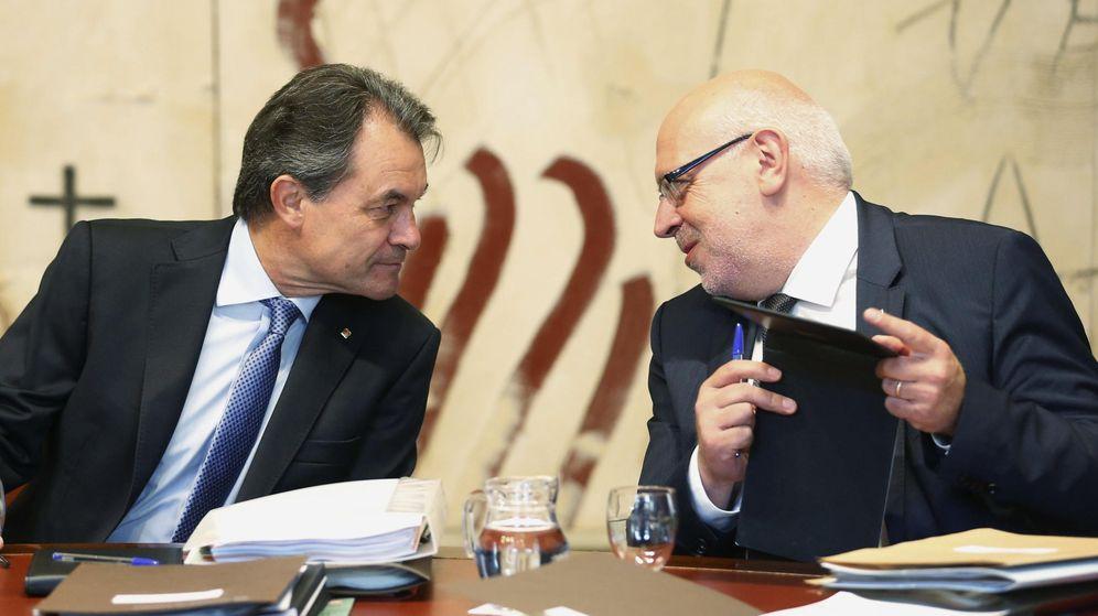 Foto: El expresidente de Cataluña Artur Mas conversa con Jordi Baiget en una imagen de archivo. (EFE)