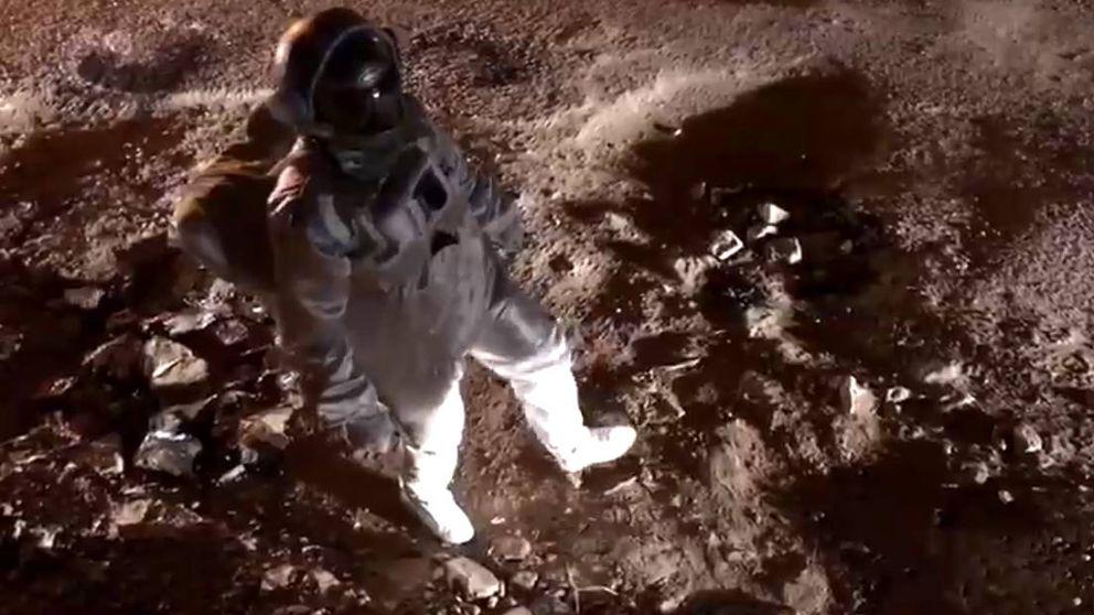 Se disfraza de astronauta porque su calle está peor asfaltada que la luna
