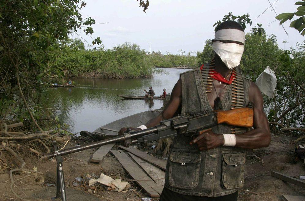 Foto: Un miliciano con su arma en el estado de Ondo, Delta del Níger, Nigeria. (Reuters).
