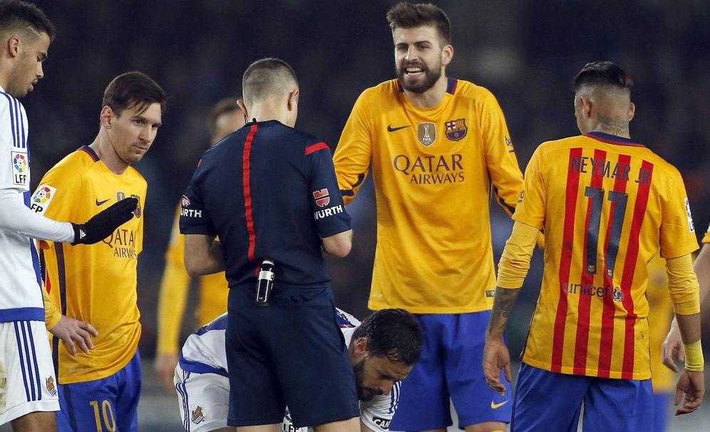 Foto: Piqué discute una decisión del árbitro Iglesias Villanueva, en la derrota del Barça en Anoeta. (EFE/Javier Etxezarreta)