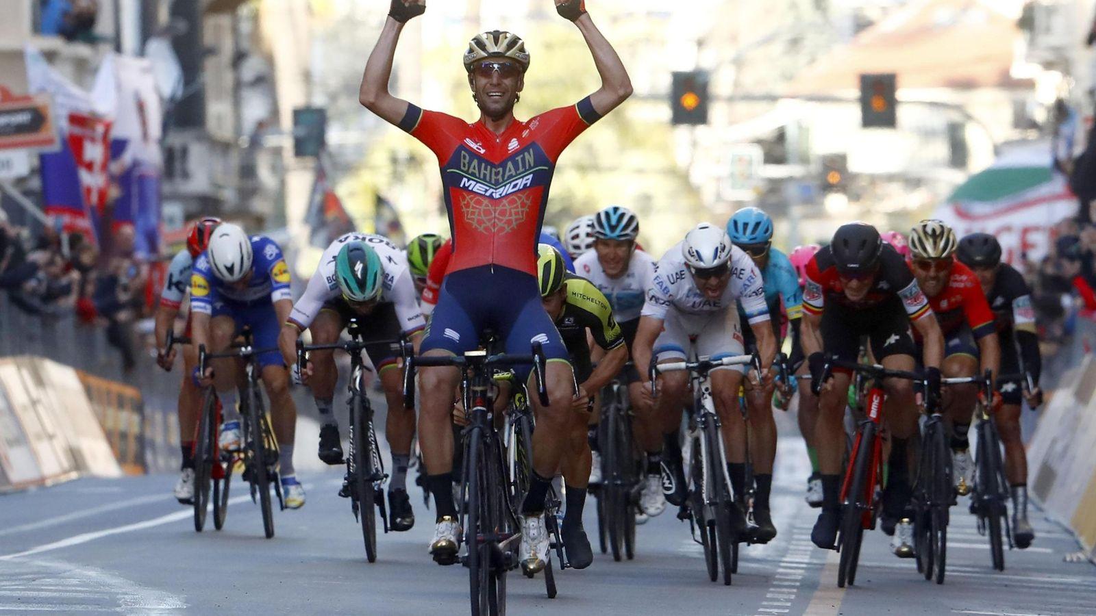 Foto: Vincenzo Nibali se escapó y llegó a meta justo por delante del pelotón. (EFE)