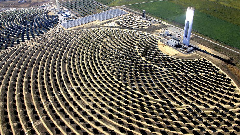 Foto: Vista aérea de la Plataforma Solar de Abengoa en Sanlúcar La Mayor. (EFE)