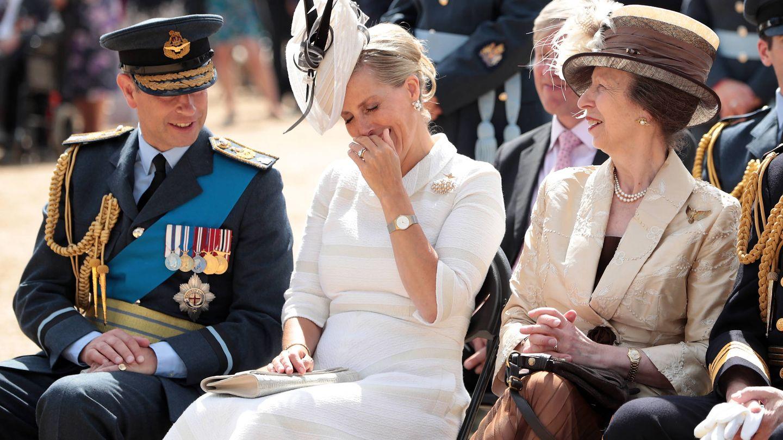 Los condes de Wessex no pueden contener la risa ante una ocurrencia de la princesa Ana. (Getty)