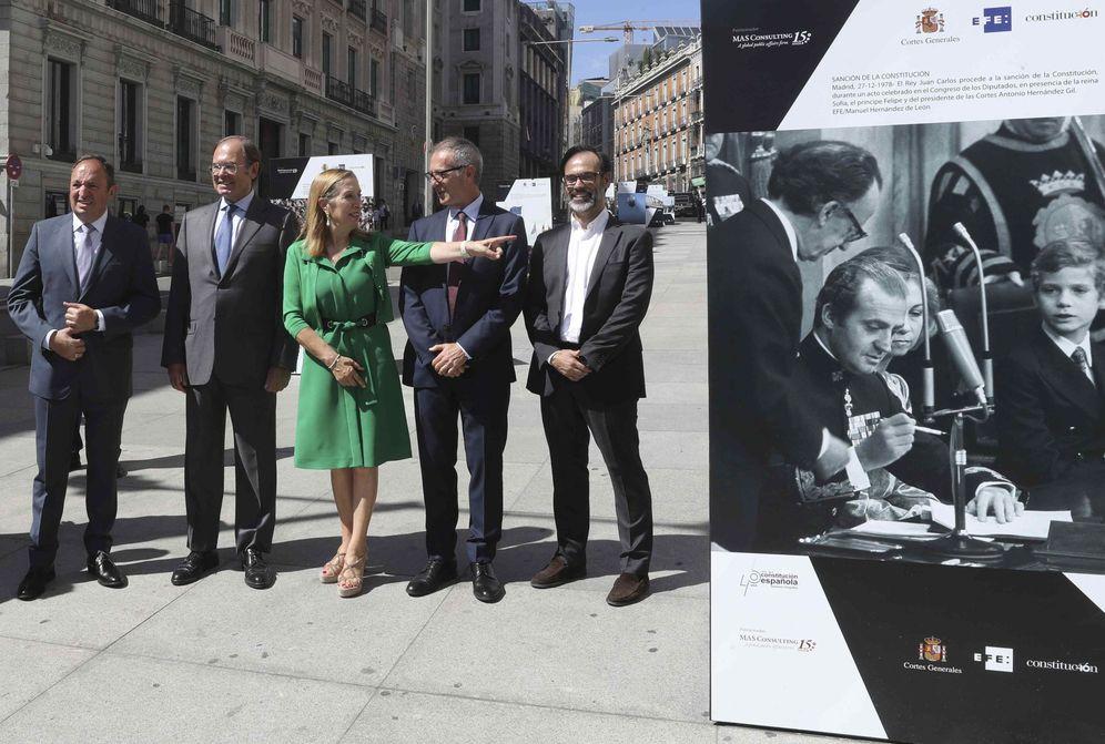 Foto: Los presidentes de Congreso y Senado, Ana Pastor y Pío García-Escudero, con el ministro José Guirao y Fernando Garea, presidente de EFE, el pasado lunes. (EFE)