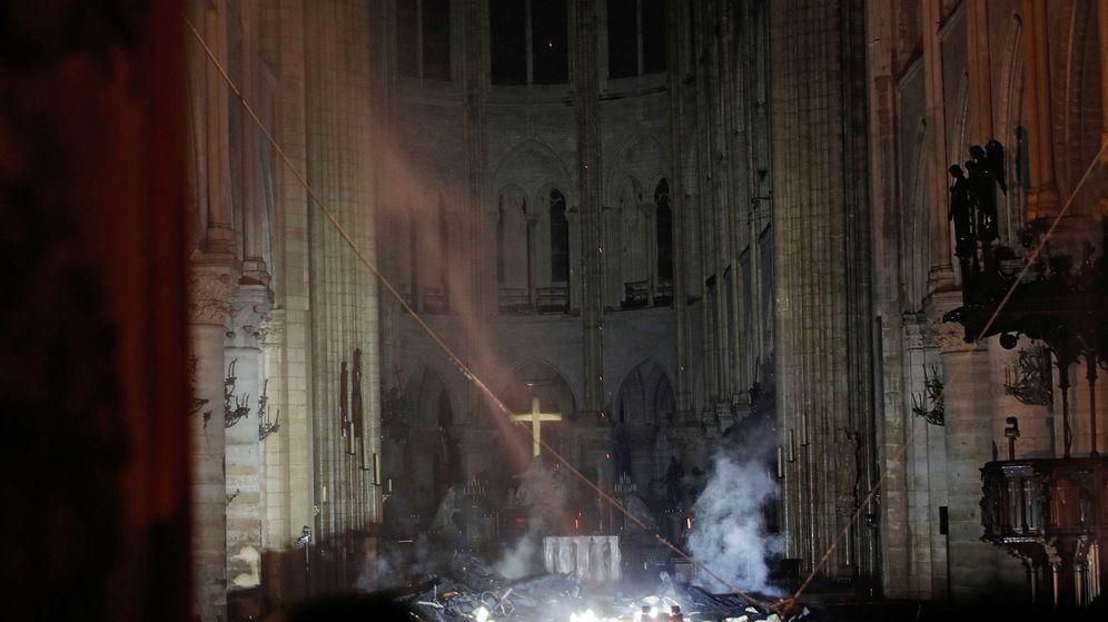 Foto: Los bomberos lograron que las llamas apenas llegaran al interior de la catedral (Foto: Reuters/Philippe Wojazer)