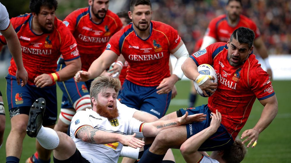 Foto: Gautier Gibouin (c) es uno de los franceses que juegan con la selección española de rugby. (EFE)