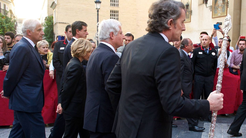 Alfonso, Cayetano, Eugenia, Carlos y Alfonso Diez entran en la iglesia del Cristo de los Gitanos para dejar sus cenizas. (Getty)
