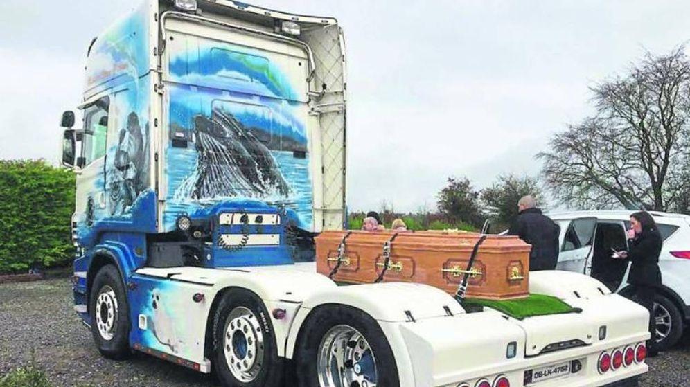 Foto: El féretro de John fue transportado en camión y escoltado por su propio vehículo de trabajo (Foto: Twitter)