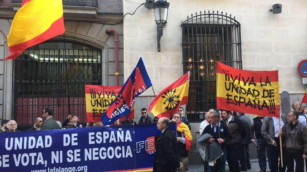 Foto: Un grupo de ultraderechistas a la espera de que llegara Artur Mas. (P.E.)