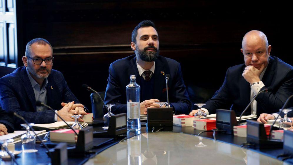 Foto:  El presidente del Parlament, Roger Torrent (c), junto al vicepresidente primero Josep Costa (i), de JxCat, y el vicepresidente segundo, Joan García (d), de Cs. (EFE)