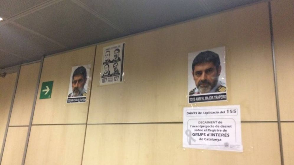 Foto: Pasillo del Departamento de Interior de la Generalitat con algunas de las imágenes. (EC)