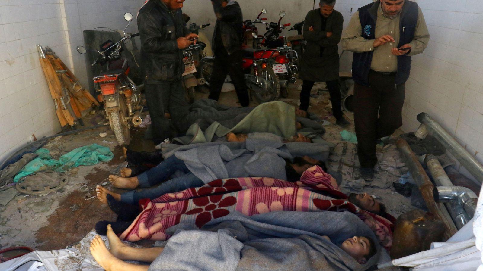 Foto: Varios hombres fotografían los cadáveres del ataque químico en Jan Sheijún, el 4 de abril de 2017. (Reuters)