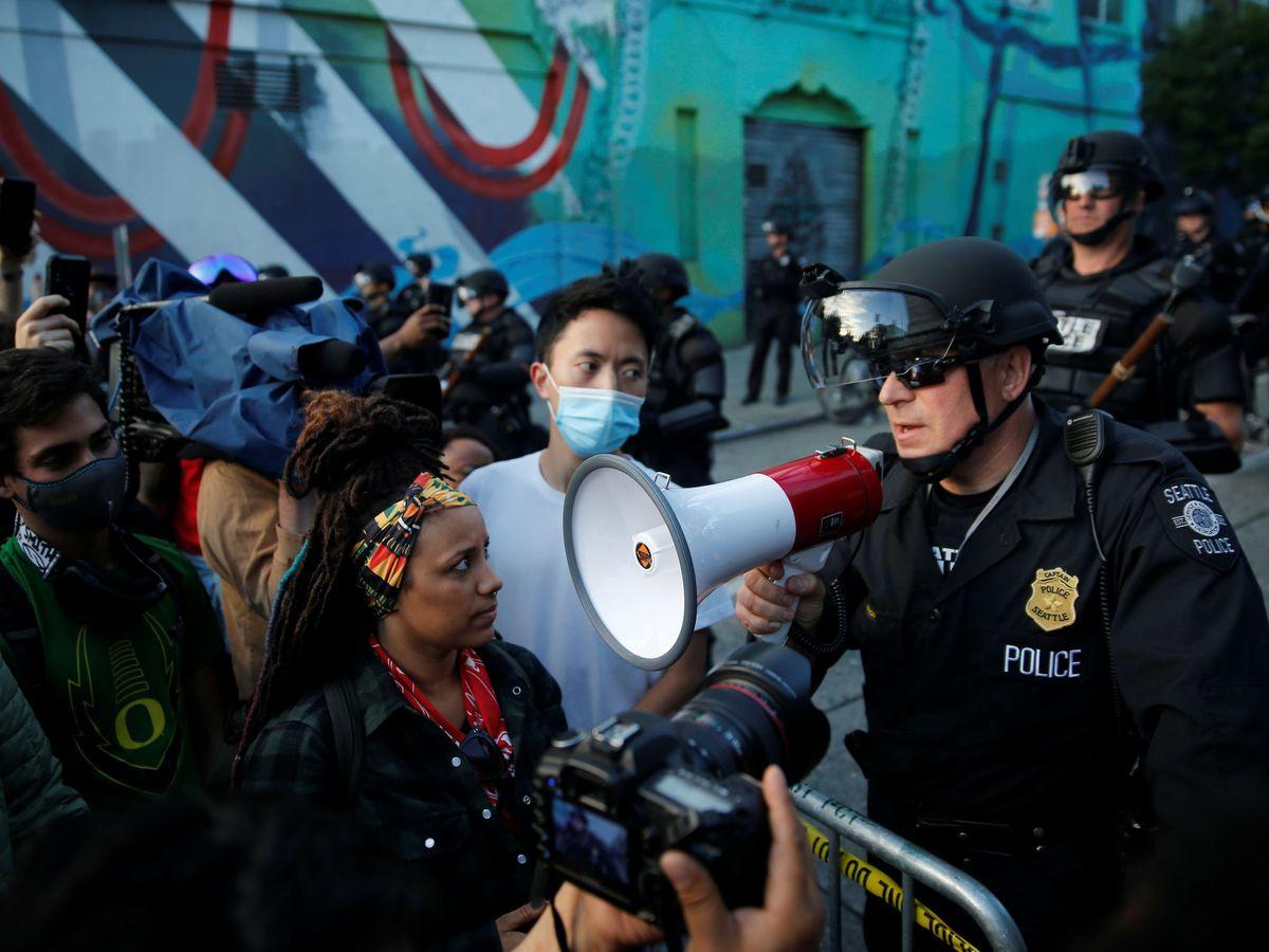 Foto: Un policía de Seattle, dirigiéndose a los manifestantes. (Reuters)