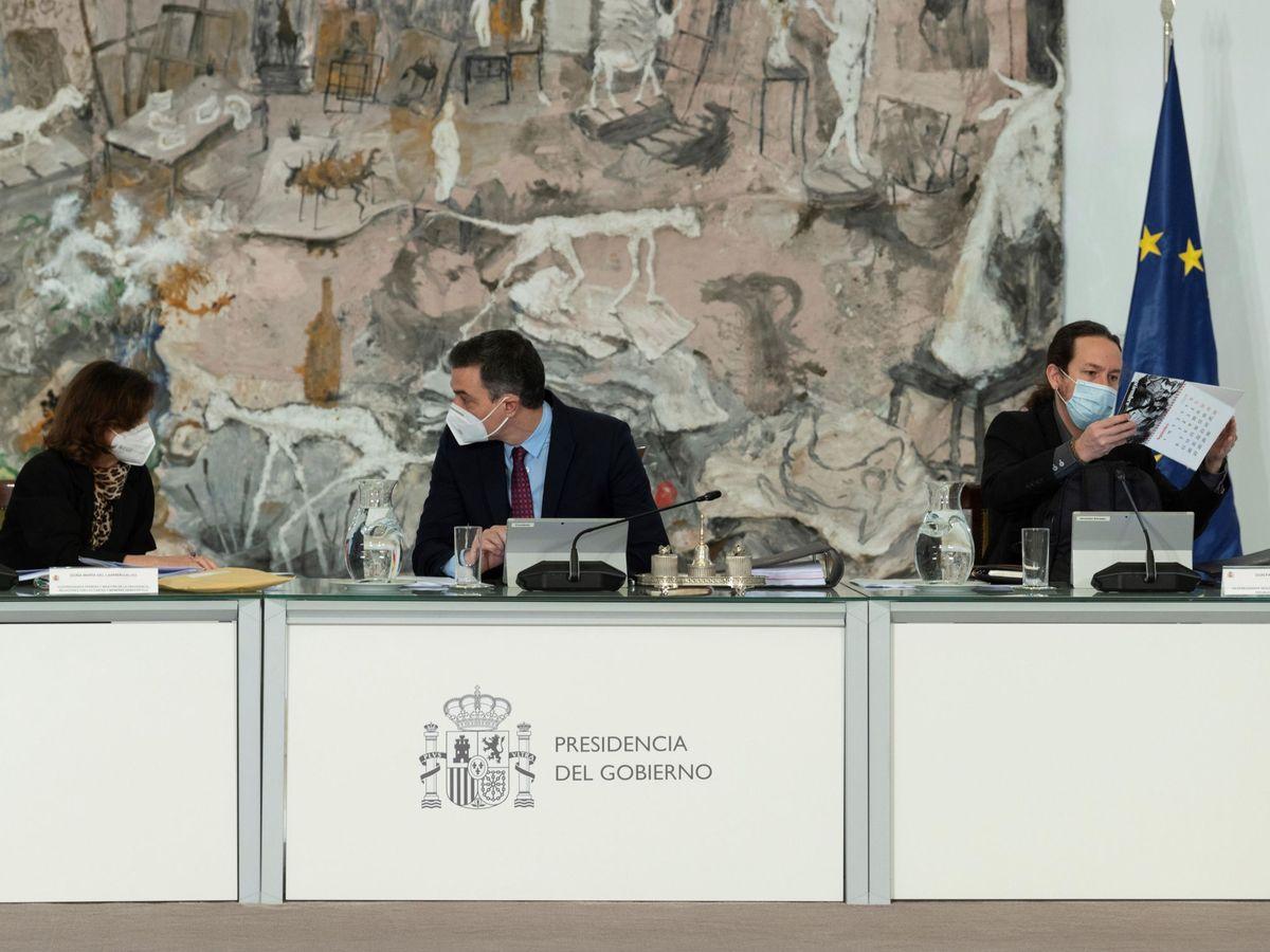 Foto: El presidente del Gobierno, Pedro Sánchez (c), la vicepresidenta primera, Carmen Calvo, y el vicepresidente segundo, Pablo Iglesias. (EFE)