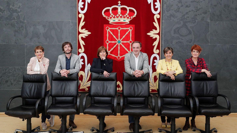 De izquierda a derecha, los candidatos a la presidencia de Navarra María Chivite (PSN), Mikel Buil (Podemos), Uxue Barkos (Geroa Bai), Javier Esparza (Navarra Suma), Marisa de Simón (Izquierda-Ezkerra) y Bakartxo Ruiz (EH Bildu), el 18 de mayo en Pamplona. (EFE)