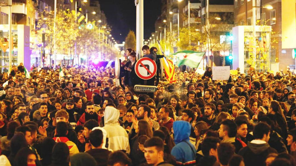 Foto: Manifestación espontánea en Granada en protesta por la entrada de Vox en el Parlamento de Andalucía, el pasado lunes. (Europa Press)